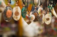 OTAVALO, ECUADOR - 17 DE MAYO DE 2017: Arte tradicional andino hermoso de la ropa y del collar de las artesanías con diversas for Imagenes de archivo