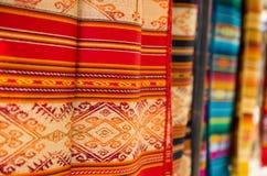 OTAVALO, ECUADOR - 17 MAGGIO 2017: Bello filato tradizionale andino dell'abbigliamento e tessuto a mano in lana, variopinta Fotografie Stock Libere da Diritti