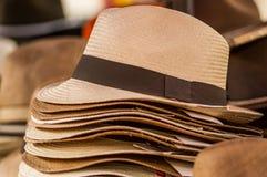 OTAVALO, ECUADOR - 17 MAGGIO 2017: Chiuda su dei cappelli di Panama fatti a mano al mercato del mestiere in Otavalo, Ecuador Fotografia Stock