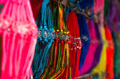 OTAVALO, ECUADOR - 17 MAGGIO 2017: Chiuda su di un catchdreamer variopinto, nel fondo variopinto del mercato in Otavalo Immagine Stock