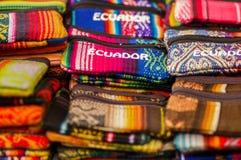 OTAVALO, ECUADOR - 17. MAI 2017: Schönes traditionelles Bleistiftkasten-Textilandengarn und eigenhändig gesponnen in der Wolle Stockbild