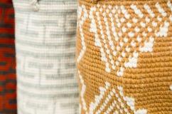 OTAVALO, ECUADOR - 17. MAI 2017: Schönes traditionelles Kleidungstextilandengarn und eigenhändig gesponnen in der Wolle, bunt Lizenzfreie Stockbilder