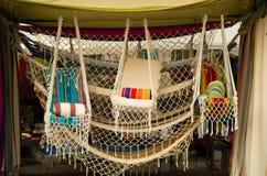 OTAVALO, ECUADOR - MEI 17, 2017: Het Andes traditionele hangmat textielgaren en langs geweven dient wol, kleurrijke stoffen in stock foto