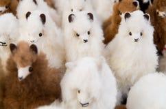 OTAVALO, ECUADOR - MEI 17, 2017: Het mooie Andes kleine lamastuk speelgoed textielgaren en langs geweven dient wol, in wit in Stock Fotografie