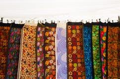 OTAVALO, ECUADOR - MEI 17, 2017: Het mooie Andes traditionele kledings textielgaren en langs geweven dient kleurrijke wol in, Royalty-vrije Stock Foto's