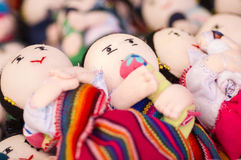 OTAVALO, ECUADOR - MEI 17, 2017: Het mooie Andesstuk speelgoed textielgaren en langs geweven dient wol, op witte achtergrond in Royalty-vrije Stock Foto