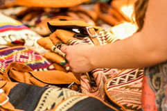 OTAVALO, ECUADOR - MEI 17, 2017: Sluit omhoog van een mooie glimlachende jonge vrouw wat betreft Andes traditionele kleding Royalty-vrije Stock Foto