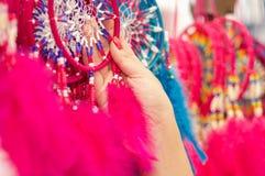 OTAVALO, ECUADOR - MEI 17, 2017: Sluit omhoog van een vrouw die een roze catchdreamer in haar hand, in kleurrijke markt houden Royalty-vrije Stock Afbeelding