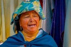 OTAVALO ECUADOR, NOVEMBER 06, 2018: Stående av att le den infödda kvinnan som bär andean traditionella kläder som poserar arkivbild