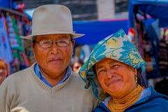 OTAVALO ECUADOR, NOVEMBER 06, 2018: Stående av infödda par som poserar för kamera och bärande andean traditionellt royaltyfri foto