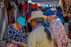 OTAVALO ECUADOR, NOVEMBER 06, 2018: Turister som köper handycrafts i en gatamarknad som lokaliseras i staden av Otavalo arkivbilder