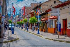 OTAVALO ECUADOR, NOVEMBER 06, 2018: Utomhus- sikt av försäljare och besökare som deltar i veckomarknaden på gatan av royaltyfria foton