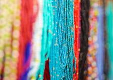 OTAVALO EKWADOR, MAJ, - 17, 2017: Piękna andyjska tradycyjna odzieży i rękodzieło kolii sztuka, kolorowa kolia Zdjęcie Stock