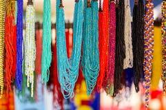 OTAVALO EKWADOR, MAJ, - 17, 2017: Piękna andyjska tradycyjna odzieży i rękodzieło kolii sztuka, kolorowa kolia Fotografia Royalty Free
