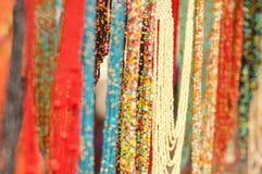 OTAVALO EKWADOR, MAJ, - 17, 2017: Piękna andyjska tradycyjna odzieży i rękodzieło kolii sztuka, kolorowa kolia Obrazy Stock