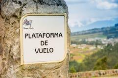 OTAVALO EKWADOR, MAJ, - 29, 2018: Plenerowy widok pouczający znak lot platforma przy kondora parkiem w Otavalo Zdjęcia Royalty Free