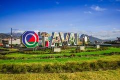 OTAVALO, EKWADOR, WRZESIEŃ 03, 2017: Widok signboard z ogromnymi słowami miasto Otavalo w pięknym dniu, wewnątrz Zdjęcia Royalty Free