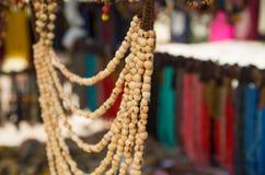 OTAVALO, EQUADOR - 17 DE MAIO DE 2017: Arte tradicional andina bonita da roupa e da colar dos artesanatos, colar colorida Imagens de Stock Royalty Free