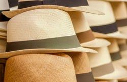 OTAVALO, EQUADOR - 17 DE MAIO DE 2017: Chapéus de Panamá feitos a mão no mercado do ofício em Otavalo, Equador Fotografia de Stock