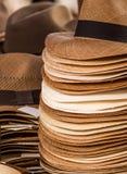 OTAVALO, EQUADOR - 17 DE MAIO DE 2017: Chapéus de Panamá feitos a mão no mercado do ofício em Otavalo, Equador Foto de Stock