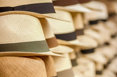 OTAVALO, EQUADOR - 17 DE MAIO DE 2017: Chapéus de Panamá feitos a mão no mercado do ofício em Otavalo, Equador Fotografia de Stock Royalty Free