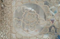 OTAVALO, EQUADOR - 17 DE MAIO DE 2017: Feche acima de fio de matéria têxtil tradicional andino bonito detalhado da roupa e tecido Fotos de Stock Royalty Free