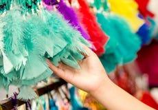 OTAVALO, EQUADOR - 17 DE MAIO DE 2017: Feche acima de uma mulher que guarda um catchdreamer magenta em sua mão, no mercado colori Foto de Stock Royalty Free