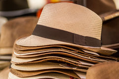 OTAVALO, EQUADOR - 17 DE MAIO DE 2017: Feche acima dos chapéus de Panamá feitos a mão no mercado do ofício em Otavalo, Equador Foto de Stock