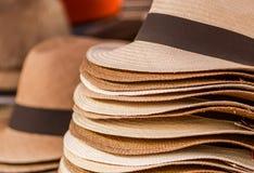 OTAVALO, EQUADOR - 17 DE MAIO DE 2017: Feche acima dos chapéus de Panamá feitos a mão no mercado do ofício em Otavalo, Equador Imagem de Stock Royalty Free