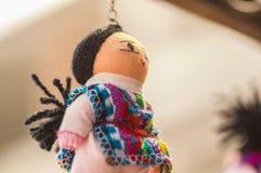 OTAVALO, EQUADOR - 17 DE MAIO DE 2017: Fio de matéria têxtil andino bonito do brinquedo e tecido à mão nas lãs, no fundo branco Fotografia de Stock Royalty Free