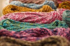 OTAVALO, EQUADOR - 17 DE MAIO DE 2017: Fio de matéria têxtil tradicional andino bonito da roupa do lenço e tecido à mão nas lãs Fotografia de Stock Royalty Free