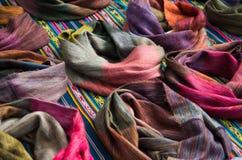 OTAVALO, EQUADOR - 17 DE MAIO DE 2017: Fio de matéria têxtil tradicional andino bonito da roupa e tecido à mão nas lãs, coloridas Fotos de Stock Royalty Free