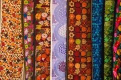 OTAVALO, EQUADOR - 17 DE MAIO DE 2017: Fio de matéria têxtil tradicional andino bonito da roupa e tecido à mão nas lãs, coloridas Imagem de Stock Royalty Free