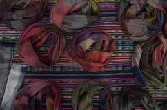 OTAVALO, EQUADOR - 17 DE MAIO DE 2017: Fio de matéria têxtil tradicional andino bonito da roupa e tecido à mão nas lãs, coloridas Imagens de Stock Royalty Free