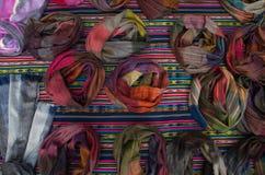 OTAVALO, EQUADOR - 17 DE MAIO DE 2017: Fio de matéria têxtil tradicional andino bonito da roupa e tecido à mão nas lãs, coloridas Foto de Stock Royalty Free