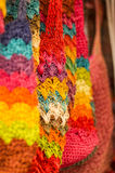 OTAVALO, EQUADOR - 17 DE MAIO DE 2017: Fio de matéria têxtil tradicional andino bonito da roupa e tecido à mão nas lãs, coloridas Fotografia de Stock Royalty Free