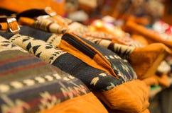 OTAVALO, EQUADOR - 17 DE MAIO DE 2017: Fio de matéria têxtil tradicional andino do backpacke da roupa e tecido à mão nas lãs, col Foto de Stock Royalty Free