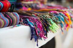 OTAVALO, EQUATEUR - 17 MAI 2017 : Fermez de l'les bracelets colorés, à l'arrière-plan coloré de bracelets dans Otavalo Photographie stock