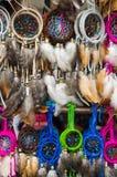OTAVALO, EQUATEUR - 17 MAI 2017 : Fermez-vous d'un catchdreamer coloré, à un arrière-plan de catchdreamer dans Otavalo Photo libre de droits