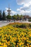 OTE-Turm und -blumen in der Front in der Stadt von Saloniki, Zentralmakedonien, Griechenland Stockfotos