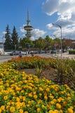 OTE-Turm und -blumen in der Front in der Stadt von Saloniki, Zentralmakedonien, Griechenland Lizenzfreies Stockfoto