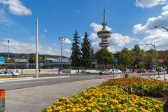 OTE-Turm und -blumen in der Front in der Stadt von Saloniki, Zentralmakedonien, Griechenland Lizenzfreies Stockbild