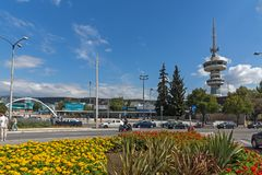 OTE-Turm und -blumen in der Front in der Stadt von Saloniki, Zentralmakedonien, Griechenland Stockfotografie