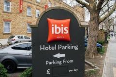 otelparkering på det IBISAccor hotellet undertecknar in den brittiska staden av Gre Arkivbilder