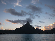 Otemanu del soporte en la puesta del sol Fotografía de archivo