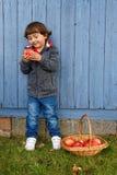 Otoño al aire libre del copyspace del cuerpo completo de la fruta de la manzana de la consumición del niño del niño fotos de archivo libres de regalías