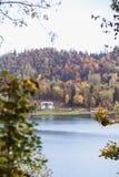 Otoño amarillo de las hojas en el lago Bled en Eslovenia con objeto de la isla fotografía de archivo