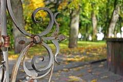Otoño Artículos forjados en el parque del otoño imagenes de archivo