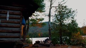 Otoño/caída en el sitio para acampar de la charca de Copperas en la región de los altos picos de las montañas de Adirondack almacen de metraje de vídeo
