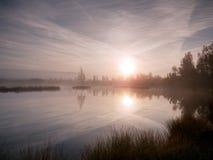 Otoño de la madrugada en el lago de la montaña en la atmósfera soñadora, árbol en la isla en centro Fotografía de archivo libre de regalías